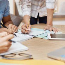 Image représentant des étudiants qui travaillent