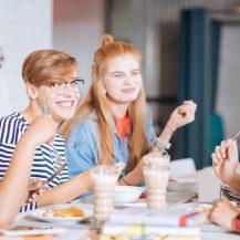 Image représentant des étudiants au restaurant